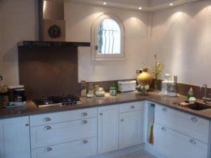 Meuble de cuisine avec de nombreux tiroirs